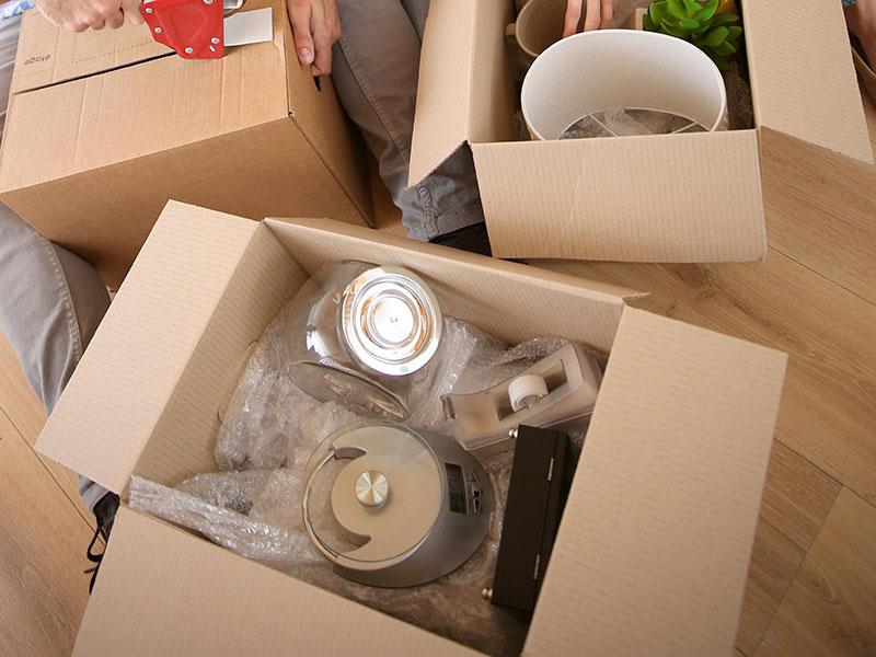 Cuando requieras cajas para mudanza, no olvides preguntar por la resistencia del modelo, de esta forma puedes tomar precauciones y calcular cuantas cajas debes apilar para que no se aplasten por el peso.